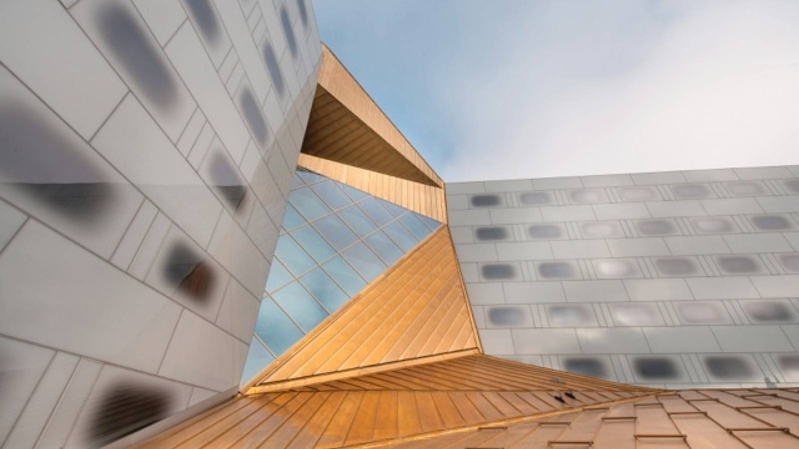 ROOF BETWEEN HOTEL BLOCKS - Clarion Hotel & Congress - SPOL Architects