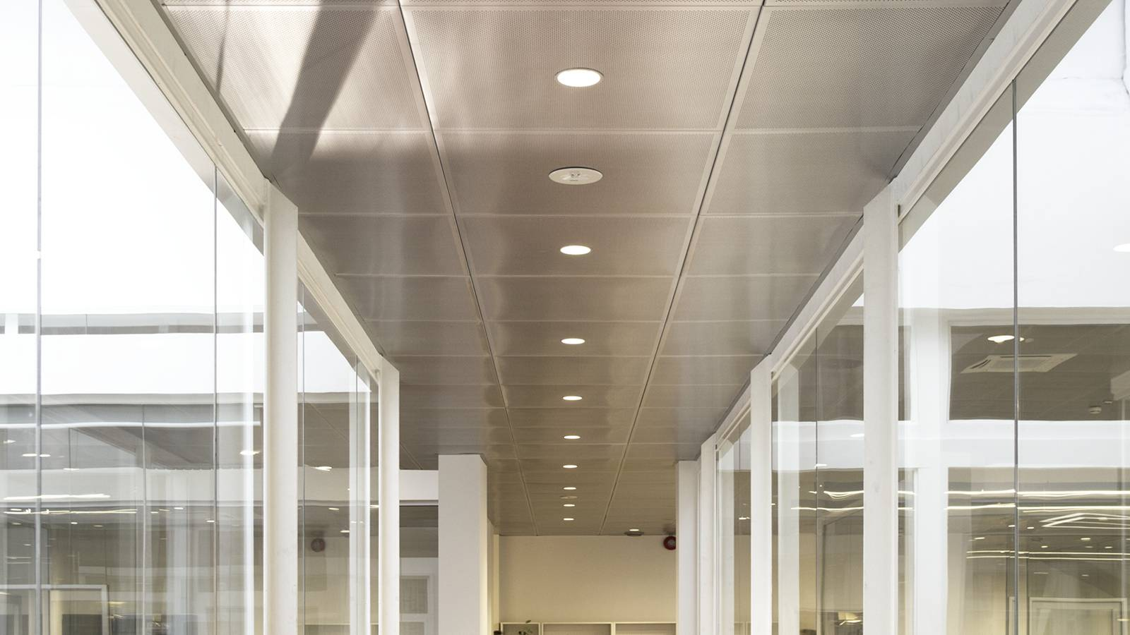BRIDGE ACROSS THE ATRIUM - Frontline Offices - SPOL Architects